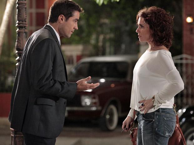 Claudia (Giovanna Antonelli) pede que Vicente (Ricardo Pereira) se afaste para não atrapalhar casamento dela com Rubinho (Victor Pecoraro) (Foto: Aquele Beijo/TV Globo)