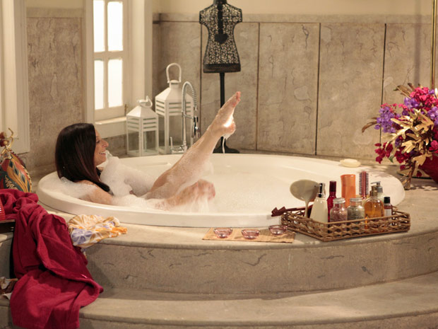 Damiana resolve tomar banho na suíte de Felizardo e Locanda (Foto: Aquele Beijo/TV Globo)