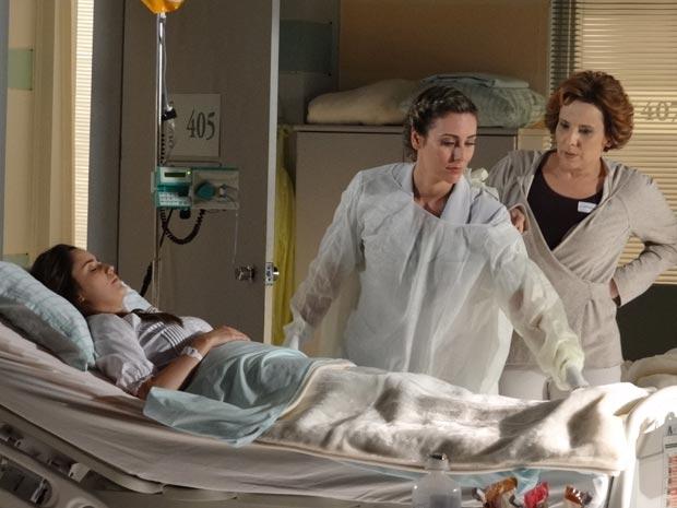 Mais uma vez, Eva tira o juízo da enfermeira durante a arrumação do lençol (Foto: A Vida da Gente/TV Globo)