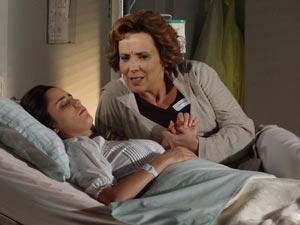 Enquanto Ana dorme, Eva fala mal dos parentes (Foto: A Vida da Gente/TV Globo)