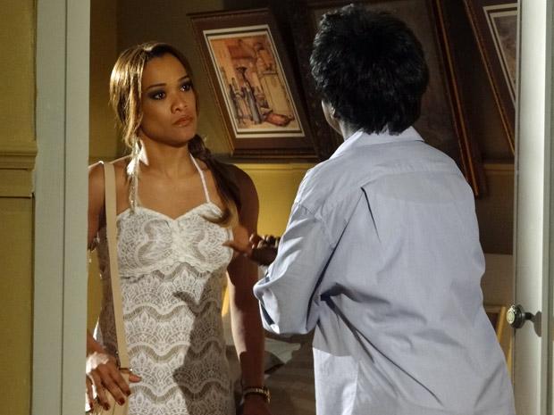 Deusa abre a porta e dá de cara com Grace Kelly (Foto: Aquele Beijo/TV Globo)