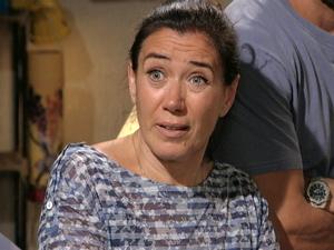 Griselda é convencida pelo filho e telefona para Íris (Foto: Fina Estampa/ TV Globo)