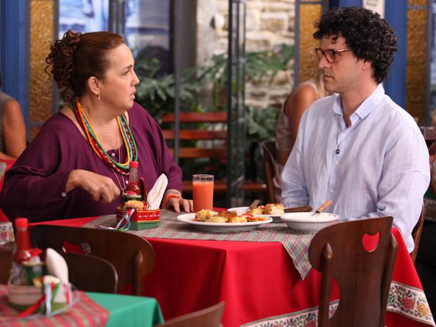 Iara pede para o primo para não se apaixonar (Foto: Aquele Beijo/TV Globo)