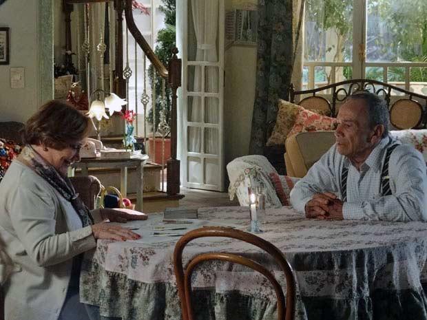 Iná vê nas cartas que Manu e Rodrigo vão ficar juntos  (Foto: A Vida da Gente/ TV Globo)