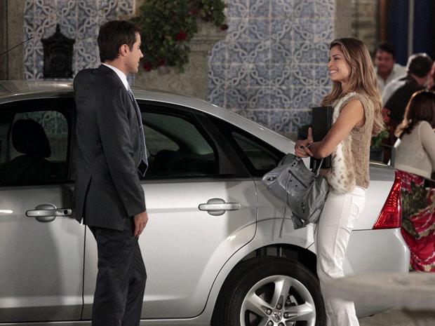 Lucena chega feliz com contrato da Comprare (Foto: Aquele Beijo/TV Globo)