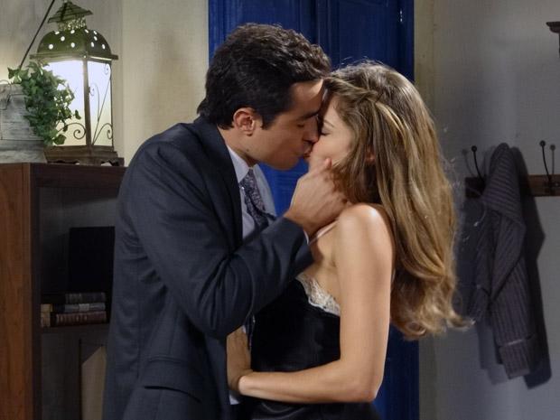 Vicente e Lucena se beijam (Foto: Aquele Beijo/TV Globo)