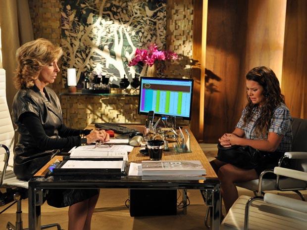 Maruschka decide dar emprego diante do choro de Camila (Foto: Aquele Beijo/TV Globo)