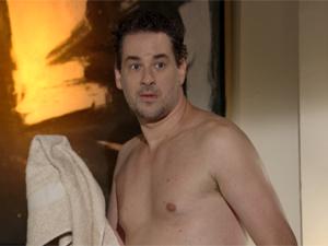 Paulo sai do banho quando Alice entra no quarto (Foto: Fina Estampa/ TV Globo)