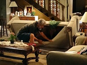 Pereirinha revira a casa de Griselda em busca do tesouro (Foto: Fina Estampa / TV Globo)