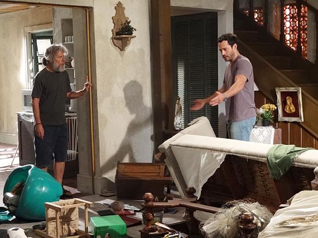 Quinzé chega em casa e vê a bagunça feita por Pereirinha (Foto: Fina Estampa / TV Globo)