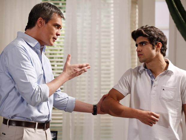 René pega Antenor pelo braço e dá uma lição de moral no rapaz (Foto: Fina Estampa/TV Globo)