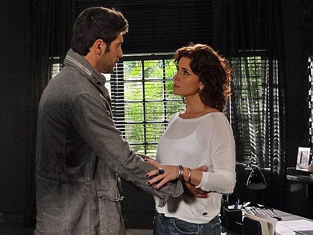 Rubinho pede para Claudia antecipar o casamento (Foto: Aquele Beijo/TV Globo)