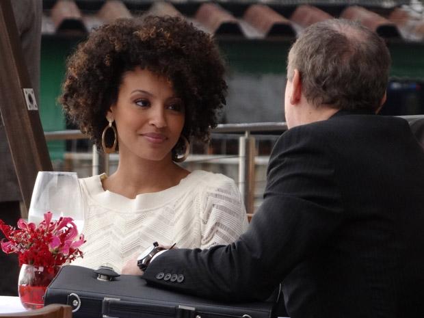Henrique interrompe almoço de Sarita (Foto: Aquele Beijo/TV Globo)