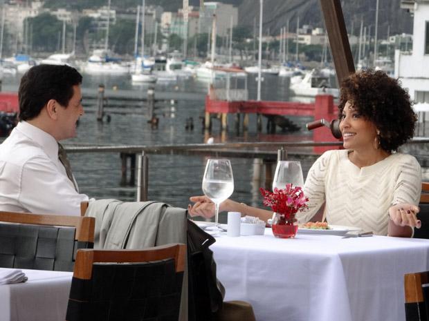 Sarita e Raul conversam durante almoço (Foto: Aquele Beijo/TV Globo)