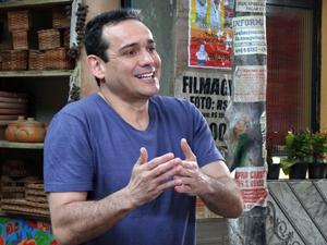 Tibério (Hugo Gross) pede dinheiro a Ana Girafa (Luis Salém) e a convida para ir ao cinema (Foto: Aquele Beijo/TV Globo)
