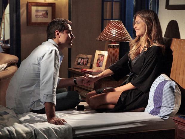 Lucena aceita pedido de casamento (Foto: Aquele Beijo/TV Globo)