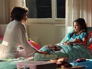 Vitória manda a filha ligar para o pai (Foto: A Vida da Gente/TV Globo)