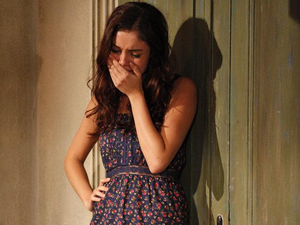 A moça fica arrasada após romper o noivado (Foto: Fina Estampa/TV Globo)