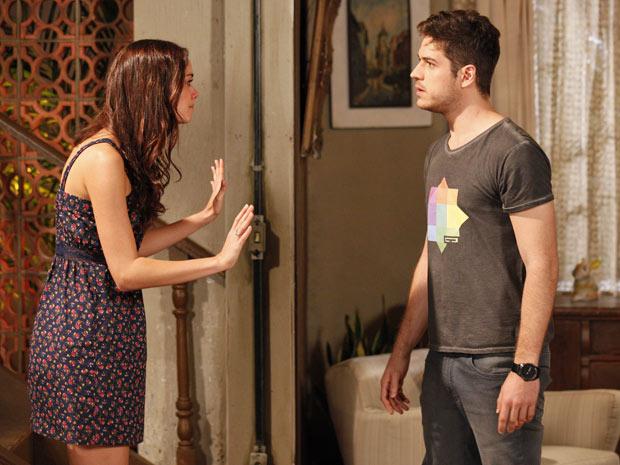Amália diz para Rafael que já sabe de todas as falcatruas do rapaz (Foto: Fina Estampa/TV Globo)