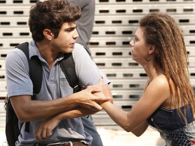 A moça tenta impedir Antenor de entrar no veículo (Foto: Fina Estampa/TV Globo)