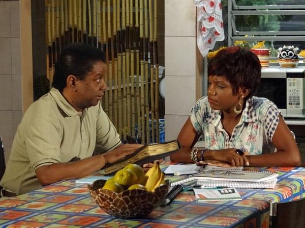 Cabo Rusty explica para Marisol que precisa descobrir o que está escrito no caderno (Foto: Aquele Beijo/TV Globo)