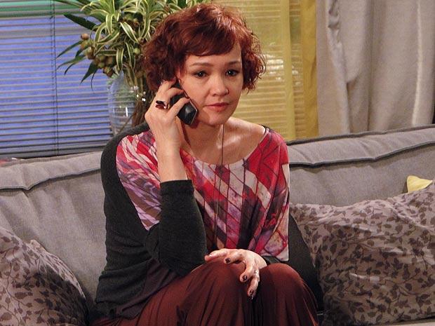 Esther recebe um telefonema de Esther (Foto: Fina Estampa / TV Globo)