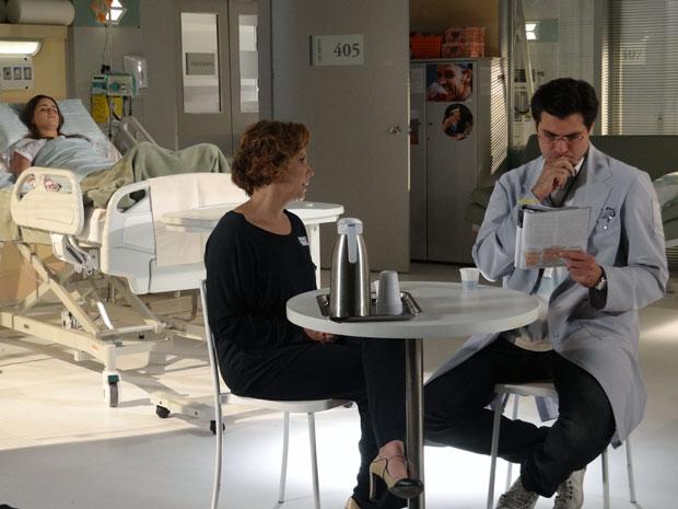 Eva mostra uma revista para Lúcio com a indicação de um tratamento para Ana (Foto: A Vida da Gente - Tv Globo)