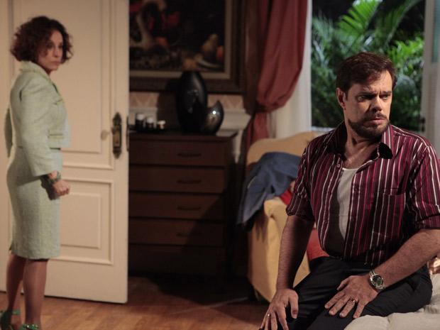 Felizardo fica intrigado com as desconfianças de Locanda (Foto: Aquele Beijo/TV Globo)