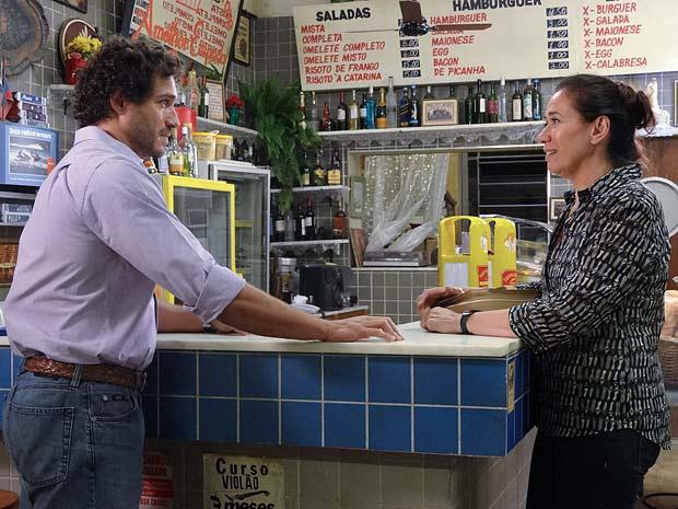 Eles conversam e reatam a amizade (Foto: Fina Estampa / TV Globo)