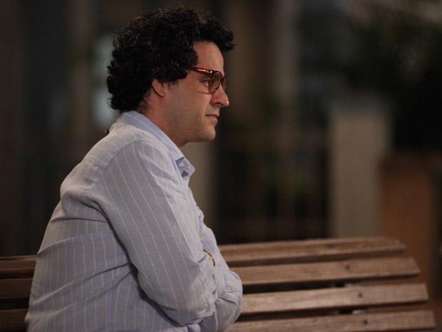 Joselito não gosta do que vê no futuro de Claudia (Foto: Aquele Beijo/TV Globo)