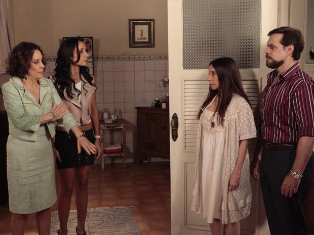 Raíssa e Locanda exigem que Damiana faça um exame de DNA para provar que é uma Barbosa (Foto: Aquele Beijo/TV Globo)