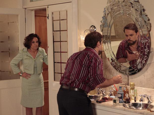 Locanda põe Felizardo contra a parede (Foto: Aquele Beijo/TV Globo)