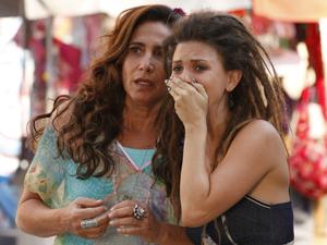 Zambeze e Luana se desesperam (Foto: Fina Estampa/TV Globo)