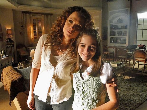 Malu Galli faz pose com Anna Rita Cerqueira, que interpretará Olívia na fase adolescente (Foto: A Vida da Gente/TV Globo)