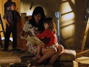 Manu conta história para a Júlia durante a obra (Foto: A Vida da Gente - Tv Globo)