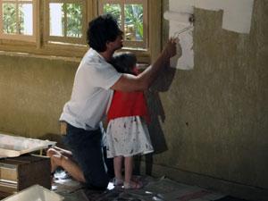 Rodrigo pinta a parede com a filha (Foto: A Vida da Gente - Tv Globo)