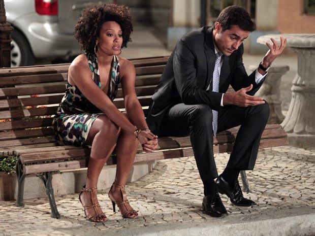 Sarita divide o seu dilema com Vicente (Foto: Aquele Beijo/TV Globo)