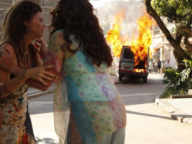 Luana se desespera ao ver a explosão da van (Foto: Fina Estampa/TV Globo)