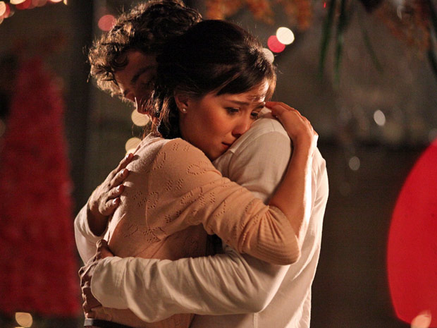 Manuela e Rodrigo se entregam ao que sentem (Foto: A Vida da Gente/TV Globo)