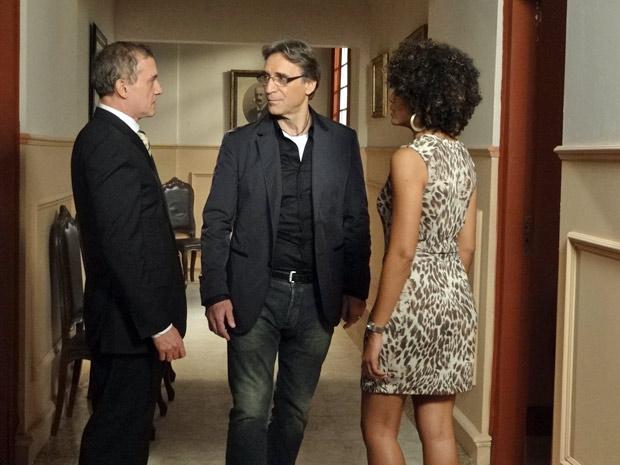 Henrique pergunta se Alberto e Sarita se conhecem (Foto: Aquele Beijo/TV Globo)