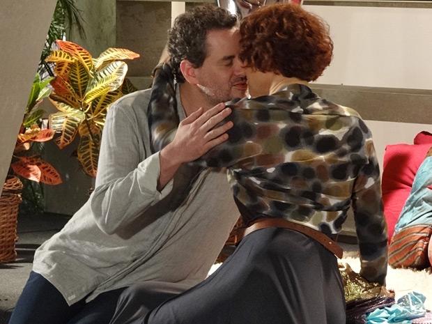 Esther e Paulo não resistem a saudade e têm tarde de amor (Foto: Fina Estampa/ TV Globo)