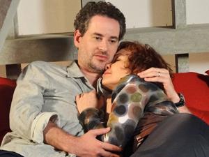 Paulo se declara para a amada e a envolve nos braços (Foto: Fina Estampa/ TV Globo)