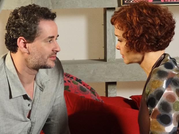 Estilista pede que ele aceite um filho e afirma que já marcou a implantação do embrião (Foto: Fina Estampa/ TV Globo)