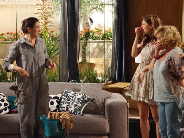 Amália e Vilma não aguentam o mau cheiro após o serviço de Pereirão (Foto: Fina Estampa/TV Globo)