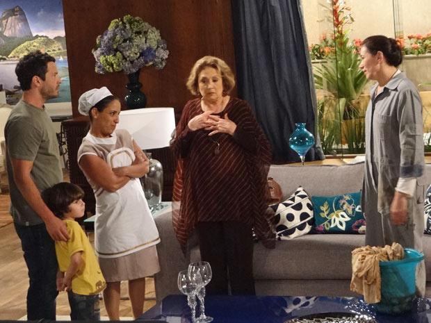 Marilda conta para Griselda que foi Tereza Cristina quem entupiu as privadas da casa (Foto: Fina Estampa/TV Globo)