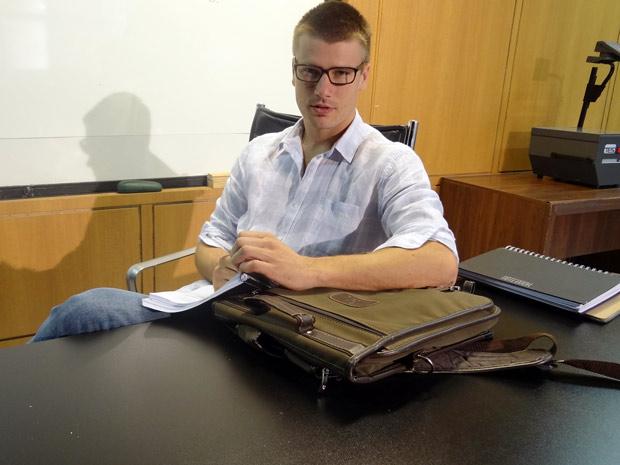 Rodrigo Hilbert usa óculos estilo nerd, que ajuda a comport o visual do professor (Foto: Fina Estampa/ TV Globo)