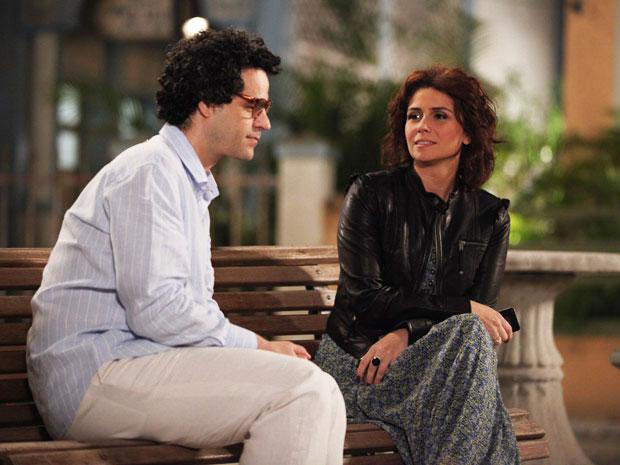 Joselito se encontra com Claudia e tem mau pressentimento (Foto: Aquele Beijo / TV Globo)