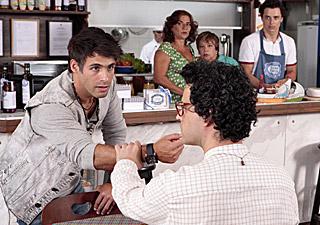 Sebastião e Joselito conversam (Foto: Aquele Beijo/TV Globo)