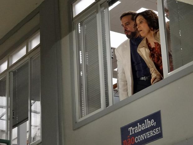 Locanda e Felizardo ficam passados com o deboche da sogre de Olavo (Foto: Aquele Beijo/TV Globo)