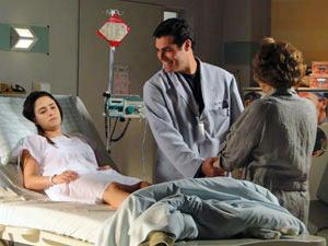 Lúcio se emociona ao ver Ana acordada (Foto: A Vida da Gente/TV Globo)